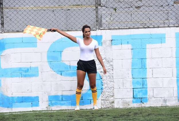 巴西美女边裁爆红!湿身真空执法 球员视线跑偏
