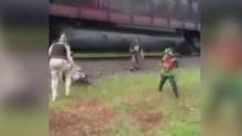 众人在铁轨上看风景 被行驶火车撞上竟毫发无损
