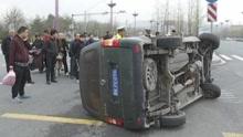 太原:车辆被撞冒烟 男子只身破窗救人
