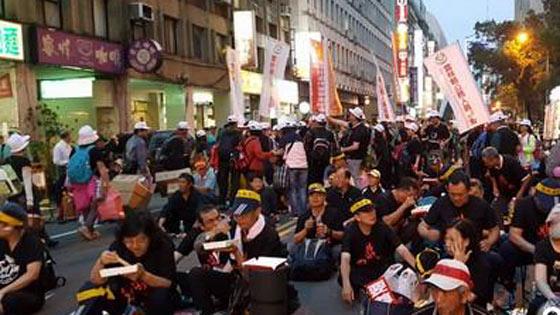 台抗议民众怒斥蔡英文当局年改 千人夜宿街头