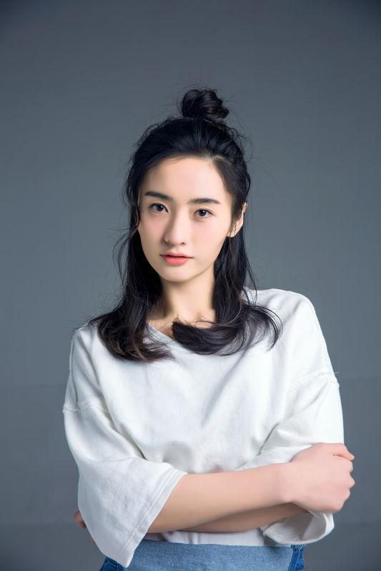《人民的名义》演员何昕霖 甜美写真大秀梨涡