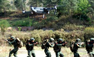 国产无人机和特战队并肩作战