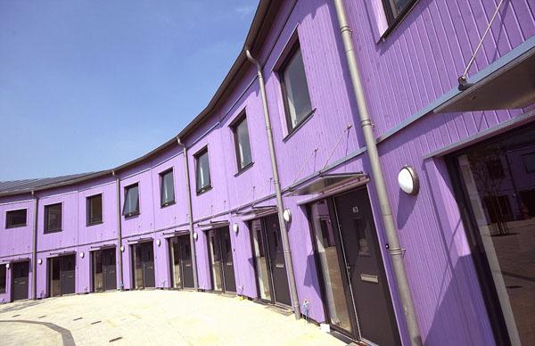 这座改建后的房屋全部由木材建成,外墙以黄色和紫色为主,给人一种