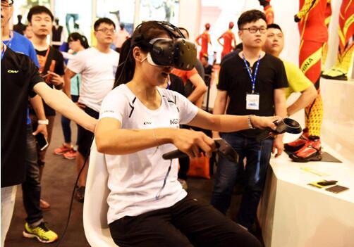 亚冬会冠军参与VR滑雪比拼 与爱好者分享滑雪经验