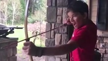 美国13岁少年射箭拔牙 痛得面目狰狞