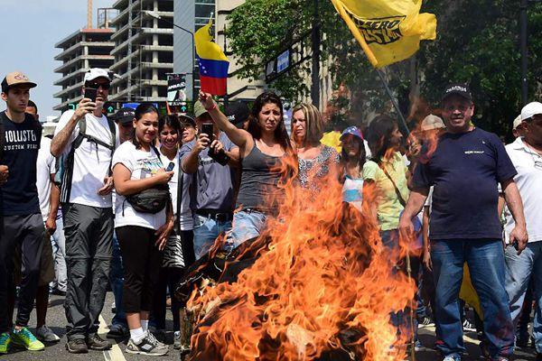 委内瑞拉示威者焚烧总统肖像  抗议国内政治经济危机