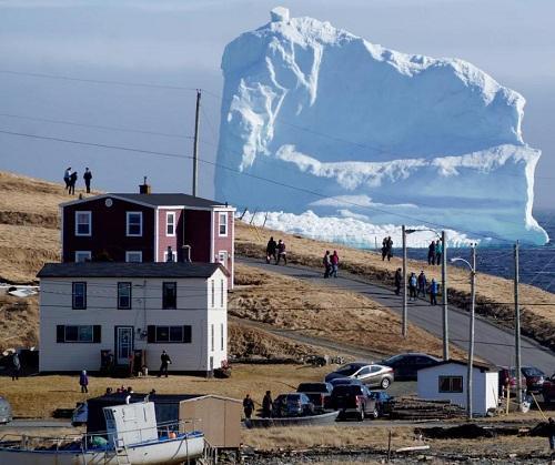 """巨大冰山漂至加拿大沿海小镇 民众争相""""看山"""""""