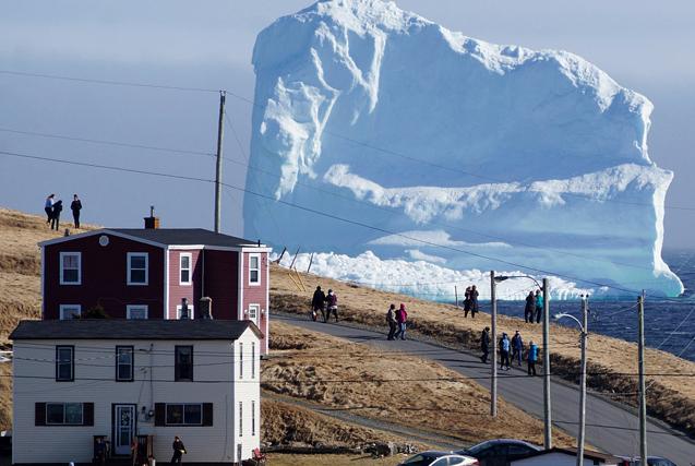 """40米冰山漂至加沿海小镇 民众扎堆""""看山"""""""