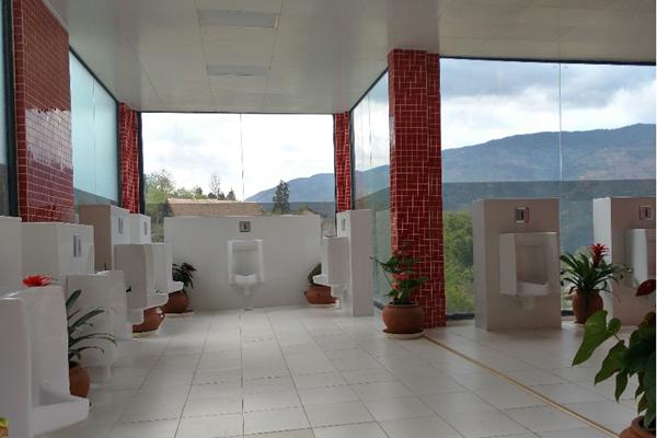 大理景区现透明厕所 可以边赏风景边方便