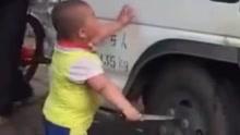 货车疑挡道小胖持刀欲爆胎 货车:停着也中枪