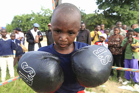 津巴布韦儿童练拳击 在格斗中远离歧途