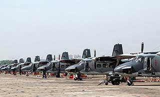 空军运12运输机排成一列已成规模
