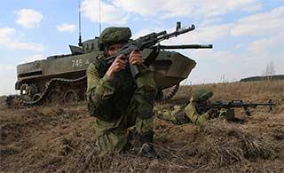 俄演习装甲车履带掉了还摆拍