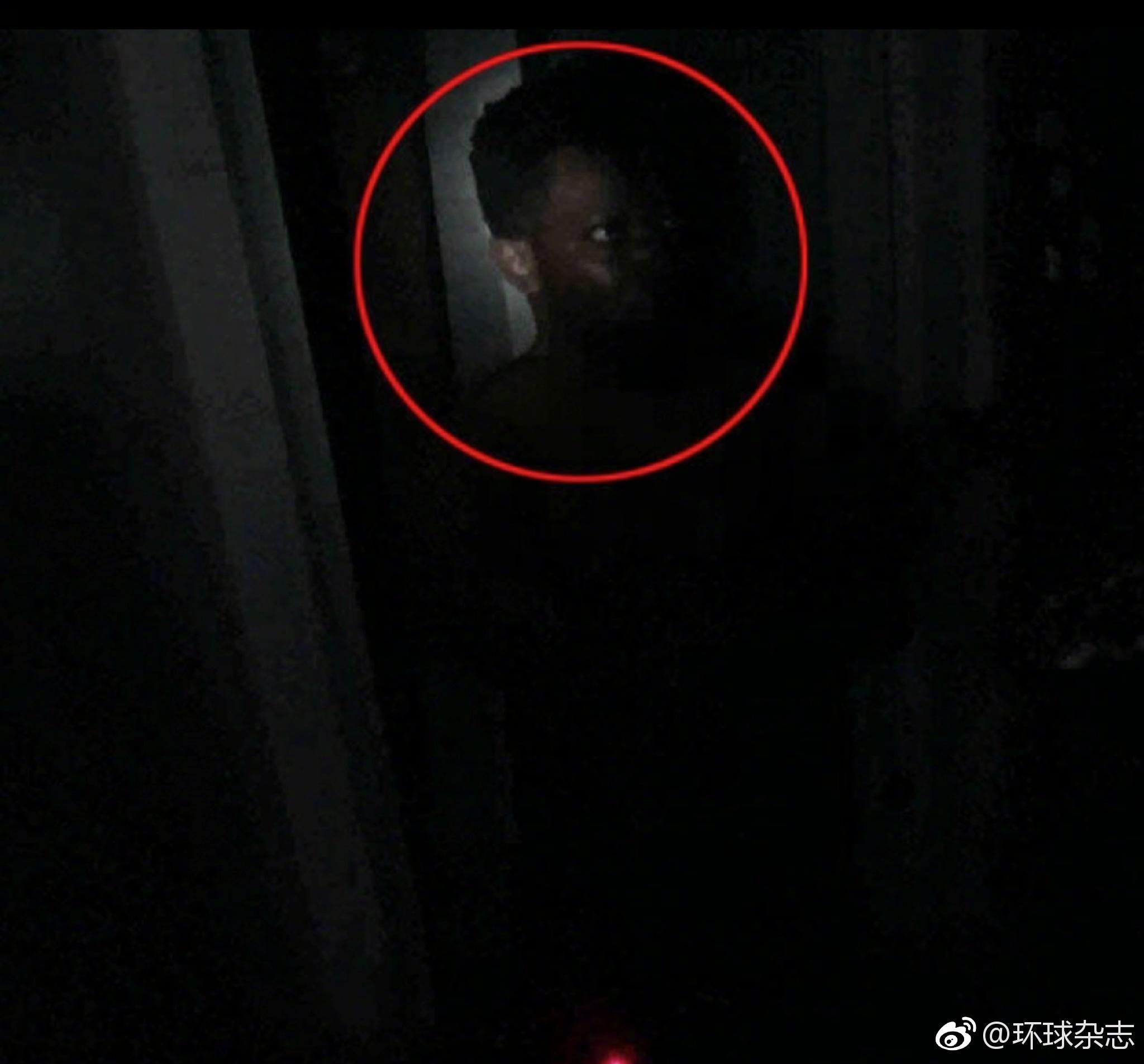 黑人毒贩躲暗处藏窗帘后 以为不会被警察发现