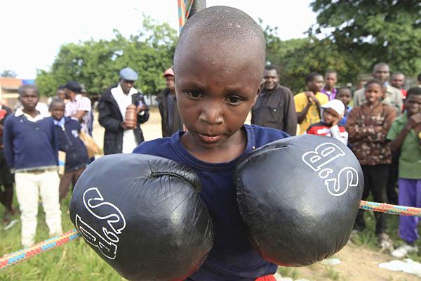 津巴布韦举办少年拳击比赛 旨在格斗中远离毒品