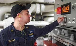 这些技工如何维护伯克级驱逐舰