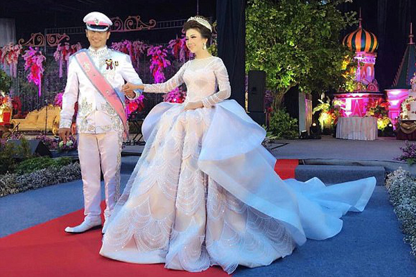 印尼新娘穿灰姑娘婚纱举办梦幻婚礼 网友惊叹赞最美