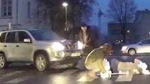 男子好心下车扶老奶奶过马路 忘拉手刹撞翻老人