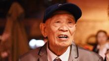 97岁老兵父亲坟前跪泣:国家有难 没有孝顺到你