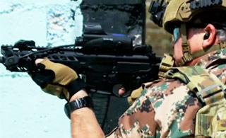 约旦国王参加军演 全副武装扛枪战斗