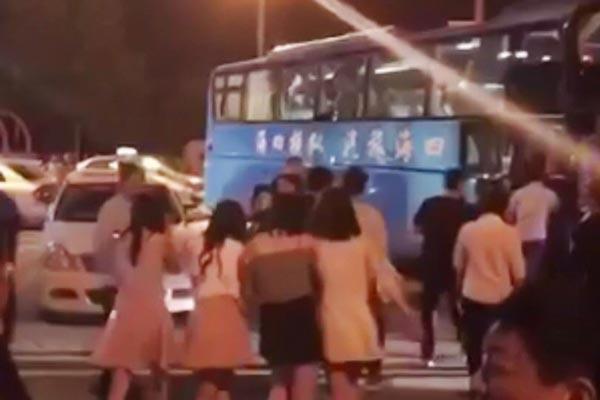 警方突查郑州娱乐场所 多名女子被带走