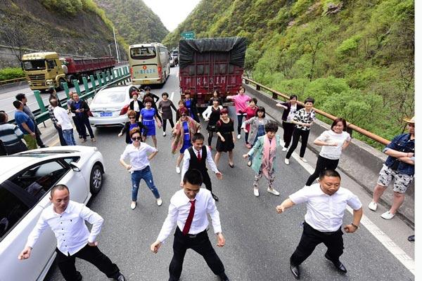 高速公路大堵车 乘客下车跳舞解闷