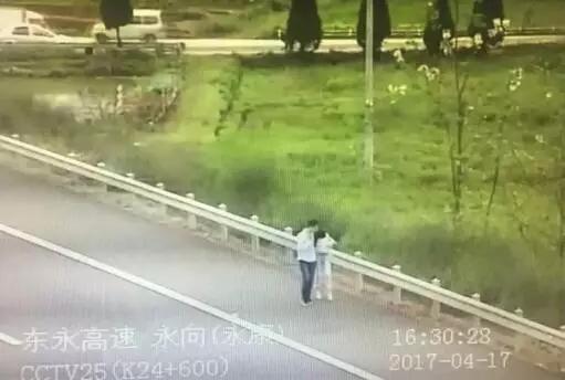小情侣被甩客在高速上 两人走五公里一路