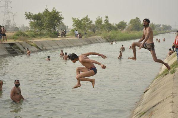 印度北部迎45度高温天 民众跳水消暑