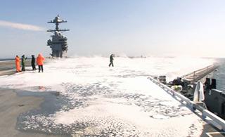 """福特号航母首次海试画面曝光:在海上""""洗澡"""""""