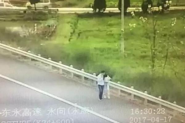 """情侣高速上被甩客 走5公里""""秀恩爱"""""""