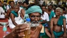 印度农民喝人尿向政府示威