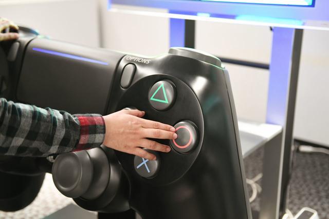 索尼造了一个超大的PS4手柄 一般人玩不动