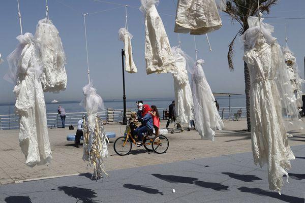 强奸犯娶受害人可免遭起诉 黎巴嫩艺术家挂婚纱抗议