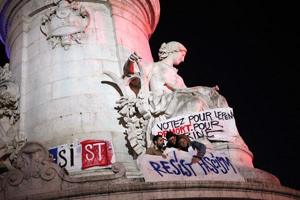 法国民众抗议投票结果 抗议者爬上玛丽安雕像