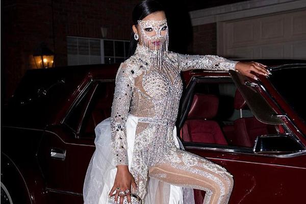 亮眼!美16岁少女穿镶钻礼服开豪车参加舞会