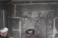 八旬老夫妇将坟墓建家中30年 每晚睡在坟前