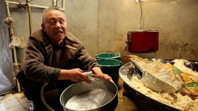 六旬盲人做豆腐养家 用耳朵听豆浆是否煮沸