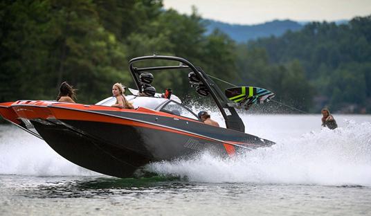 平地起波澜 新型快艇带你体验冲浪乐趣