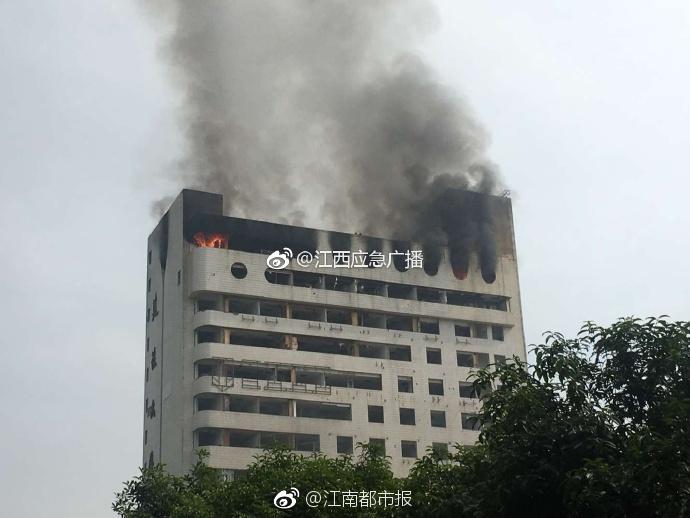 南昌八一广场附近建设大厦突发大火 现场无人员伤亡