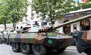 法军装甲车上街 士兵穿的像厨师
