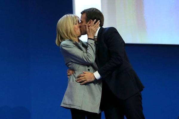 马克龙与支持者共庆大选出线 当场与妻子拥吻