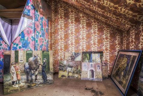 比利时废弃民居发现大量神秘版画