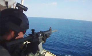 海盗企图劫持货船 没想到遇到警卫火力扫射