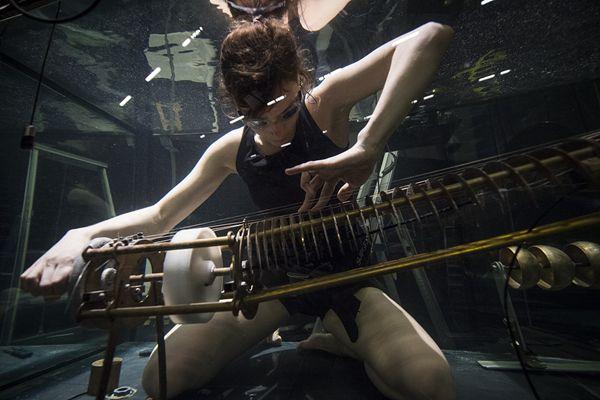 丹麦:全球第一支水下乐队举行演唱会 水下演奏酷炫吸睛