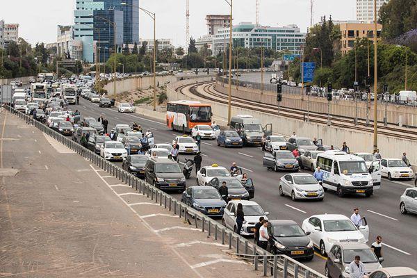 以色列大屠杀纪念日 民众伫立街头为遇难者默哀