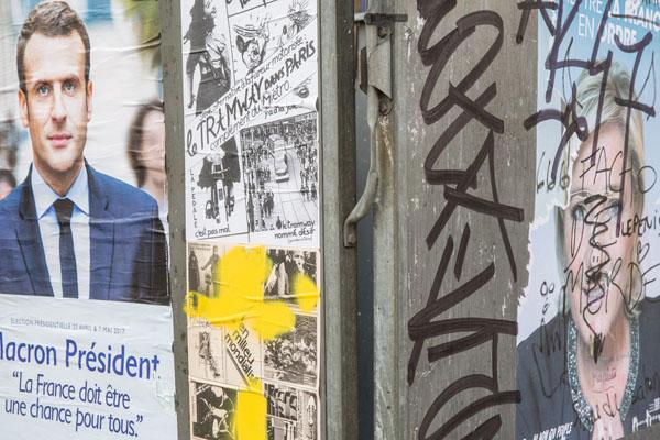 """法国大选第一轮投票后的巴黎 街头布满暴力抗议""""伤痕"""""""