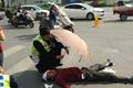 暖心!交警为车祸伤者打伞遮阳