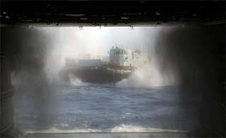 国产气垫登陆舰南海演练场面宏大