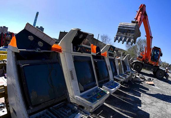 乌鲁木齐集中销毁非法游艺设施 大型机械碾压