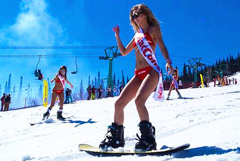 俄千人滑雪场面壮观 着泳装大秀健美身材